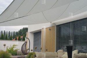 Slnečné plachty a screenové rolety – moderné tienenie, ktoré musíte mať